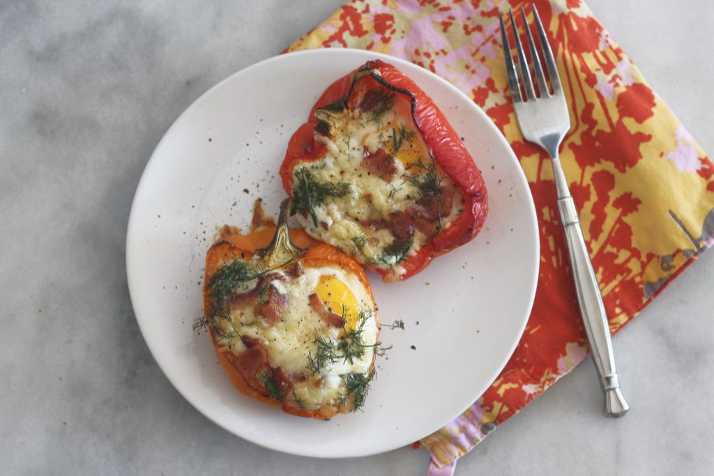 Make these white cheddar, bacon and bell pepper egg boats for your low carb brunch! #keto #ketorecipes #breakfast #brunchrecipes #lowcarb