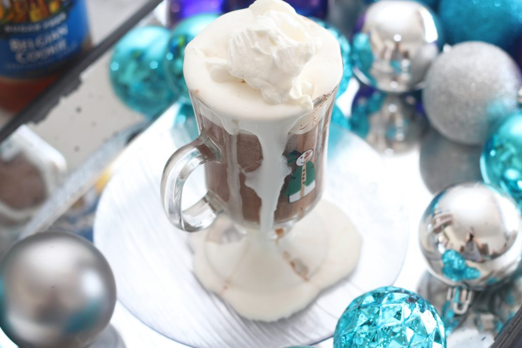 With the delicious taste of Belgian cookies, this low carb hot chocolate recipe is amazing and perfect for a cold winter day! #lowcarbdelish #lowcarbhotchocolate #sugarfreedrinks #sugarfreehotchocolate